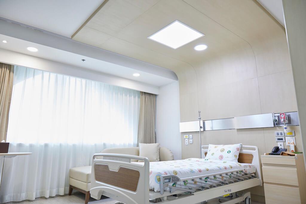 明るい採光の小児の病室
